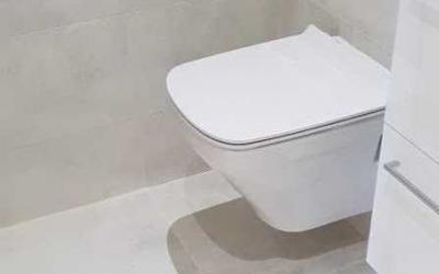 WC suspendu: avantages et inconvénients